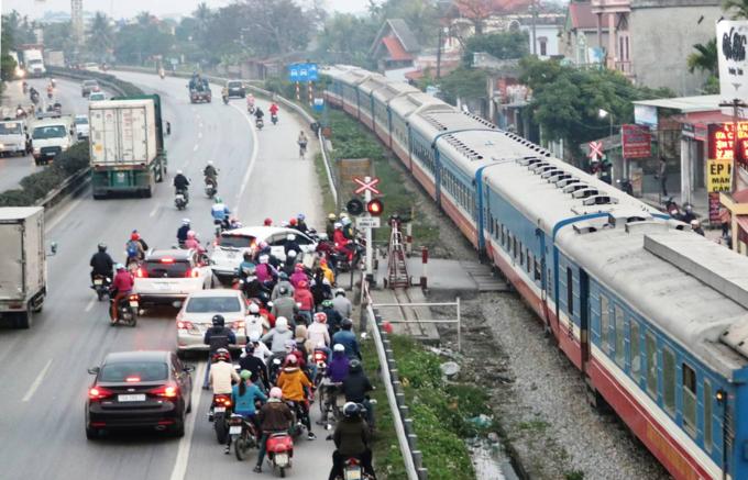 Death traps put pedestrians in Northern Vietnam in constant fear - 5