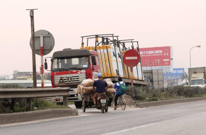 Death traps put pedestrians in Northern Vietnam in constant fear - 6