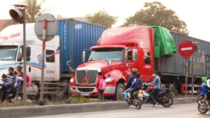 Death traps put pedestrians in Northern Vietnam in constant fear - 7