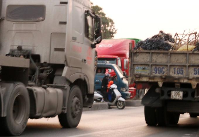 Death traps put pedestrians in Northern Vietnam in constant fear - 8
