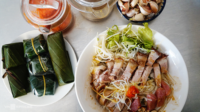 Unlike the vermicelli with anchovy sauce of the Mekong Delta region, which is filled with hot broth, in central Vietnam it is served without broth.Photo by VnExpress/Di Vy