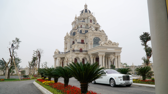 A Rolls Royce stands in front of a private house of grandiose proportions in Phu An Village. Photo by VnExpress/Trong Nghia.