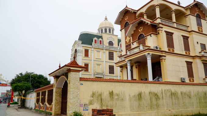 Mansions worth millions of dollars are a common sight in Phu An Village. Photo by VnExpress/Trong Nghia.