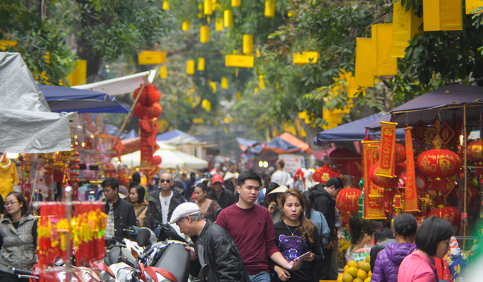 Almost every urban resident plans to give Tet gifts