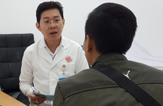 A patient consults doctor Nguyen Ho Vinh Phuoc at the Binh Dan Hospital in Saigon. Photo by VnExpress/Le Phuong
