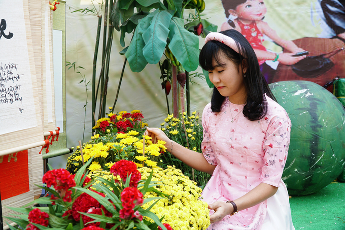 As Saigon blooms yellow, foreigners join multitudes on its streets - 10