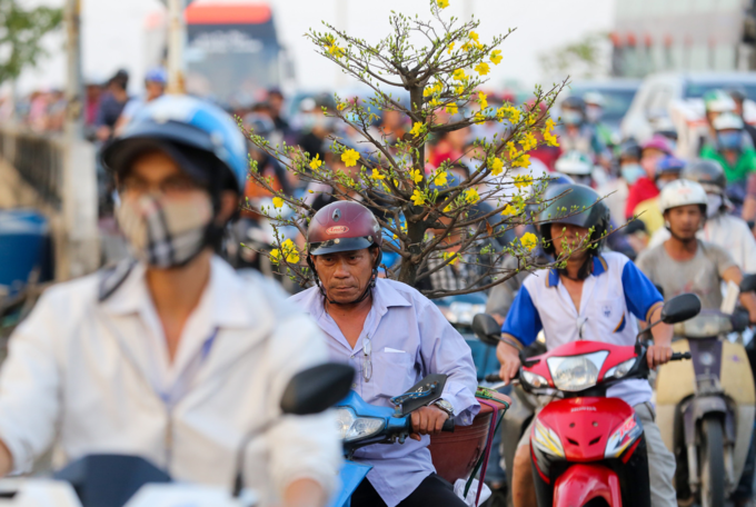 Walking a better option as traffic chokes roads near Saigon bus station