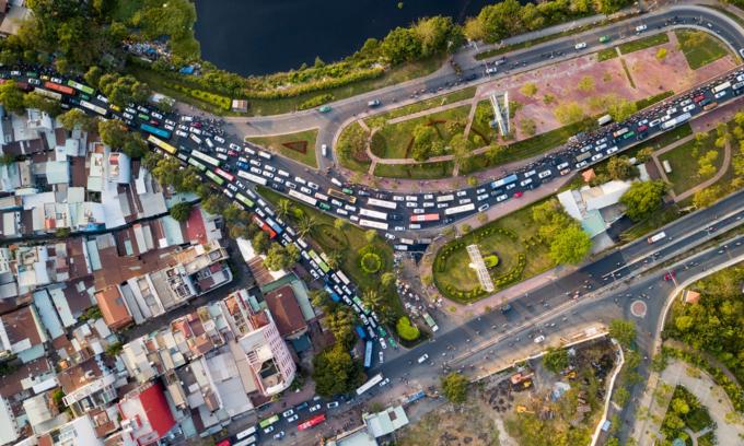 Walking a better option as traffic chokes roads near Saigon bus station - 1