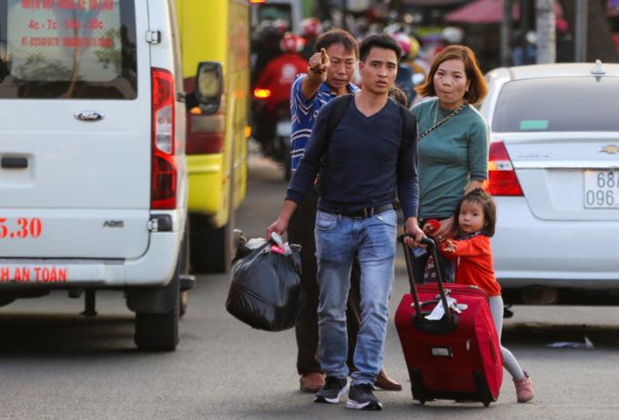 Walking a better option as traffic chokes roads near Saigon bus station - 3