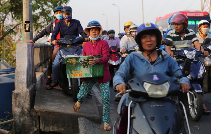 Walking a better option as traffic chokes roads near Saigon bus station - 5