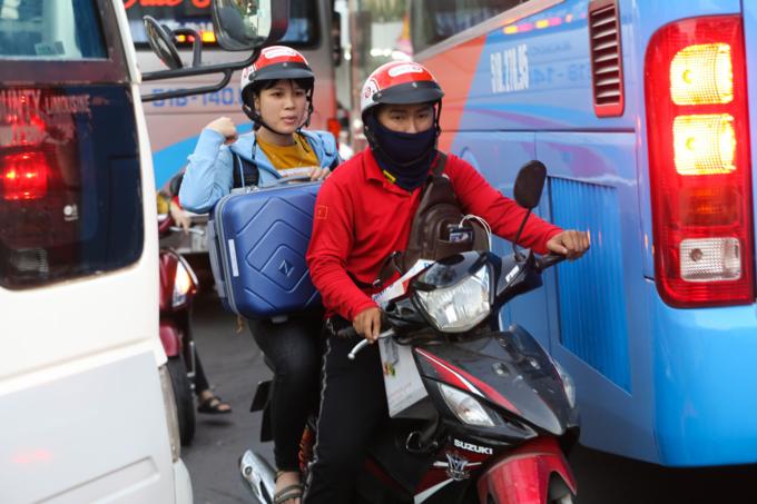 Walking a better option as traffic chokes roads near Saigon bus station - 6