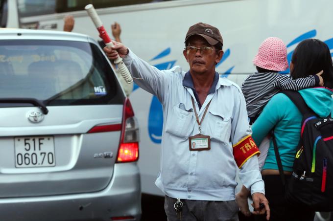 Walking a better option as traffic chokes roads near Saigon bus station - 7
