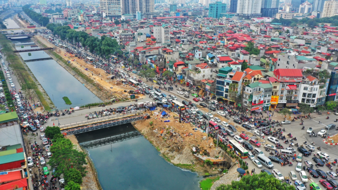 Holiday fever triggers massive gridlocks on Hanoi streets - 3