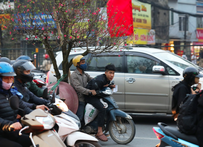 Holiday fever triggers massive gridlocks on Hanoi streets - 5