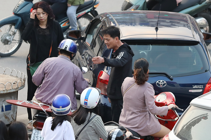 Holiday fever triggers massive gridlocks on Hanoi streets - 6
