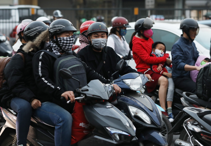 Holiday fever triggers massive gridlocks on Hanoi streets - 2