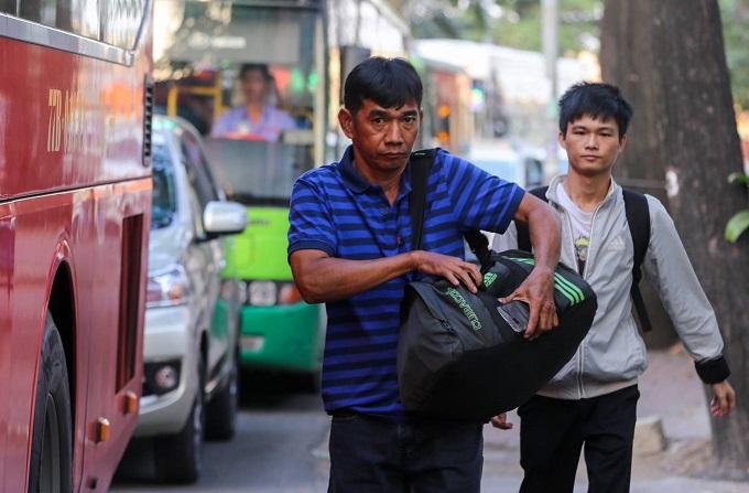 Walking a better option as traffic chokes roads near Saigon bus station - 4