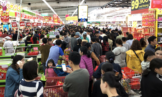 Hanoi supermarkets, stores packed as people go Tet shopping