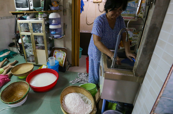 Saigon residents stay up all night to cook banh chung - 1