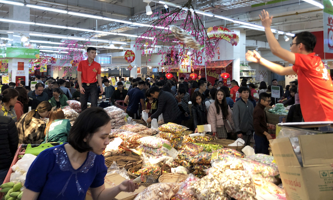 Hanoi supermarkets, stores packed as people go Tet shopping - 2
