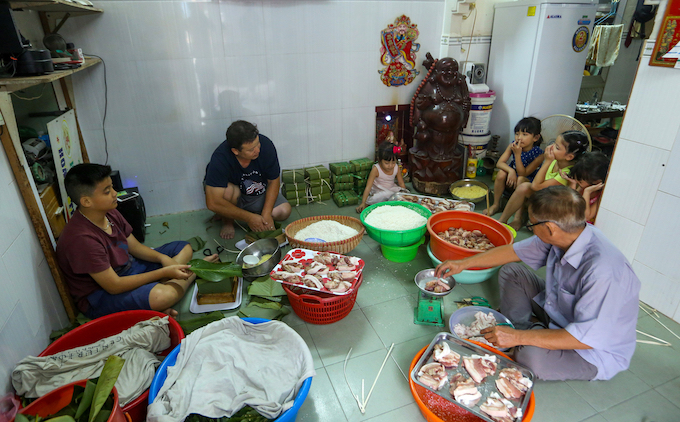 Saigon residents stay up all night to cook banh chung - 2