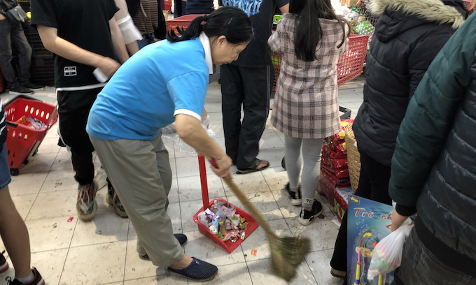Hanoi supermarkets, stores packed as people go Tet shopping - 3