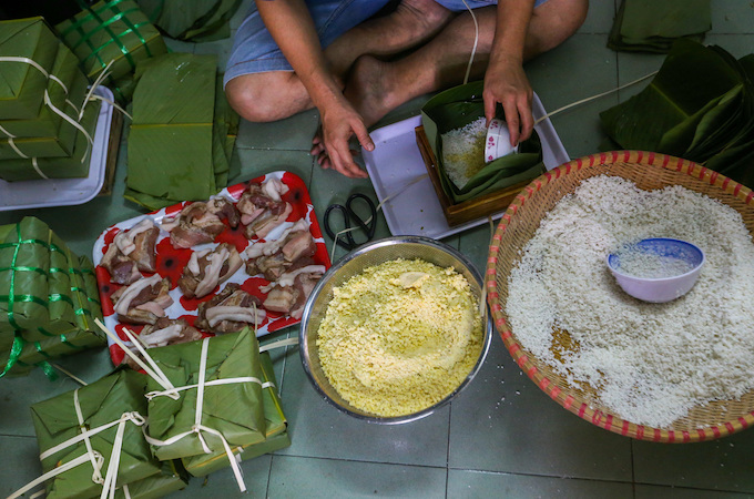 Saigon residents stay up all night to cook banh chung - 3