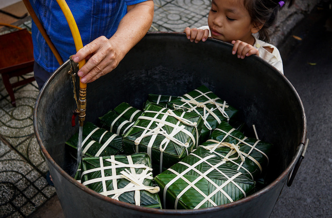 Saigon residents stay up all night to cook banh chung - 5