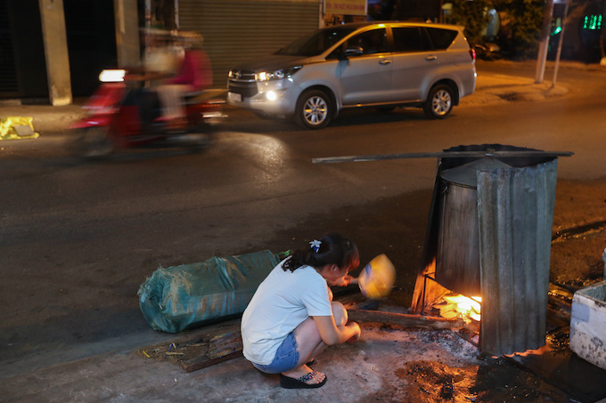 Saigon residents stay up all night to cook banh chung - 6