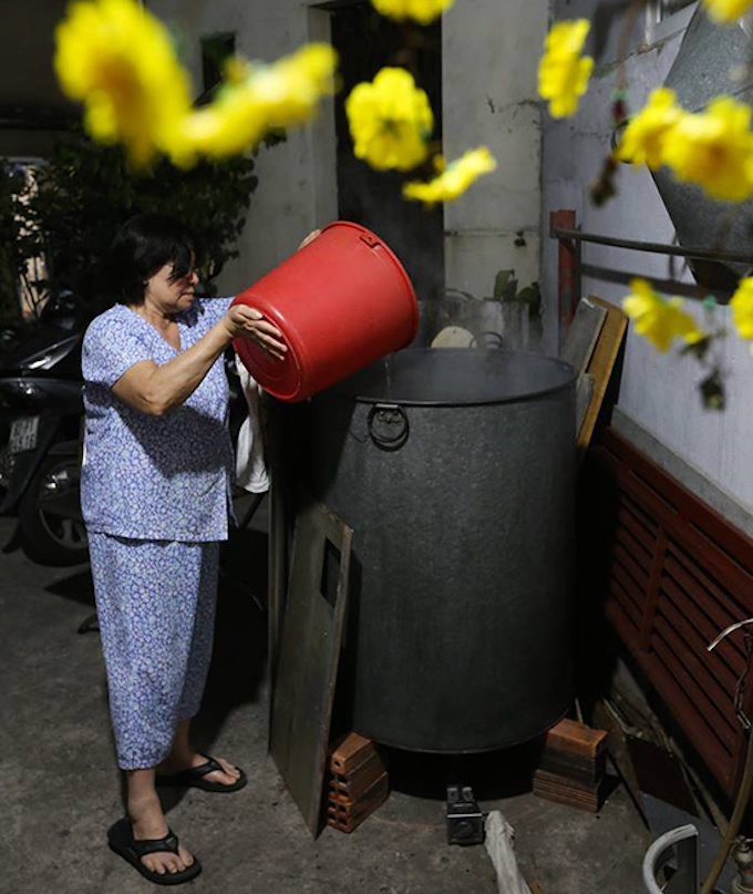 Saigon residents stay up all night to cook banh chung - 7