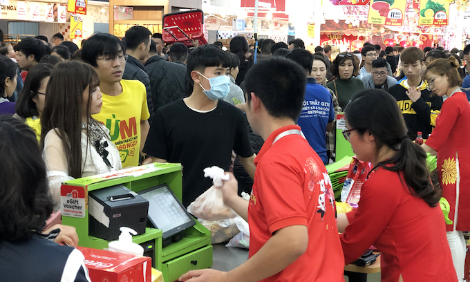 Hanoi supermarkets, stores packed as people go Tet shopping - 7