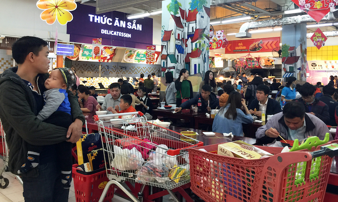 Hanoi supermarkets, stores packed as people go Tet shopping - 8