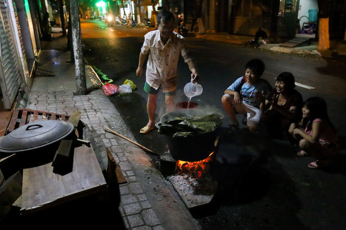 Saigon residents stay up all night to cook banh chung - 8