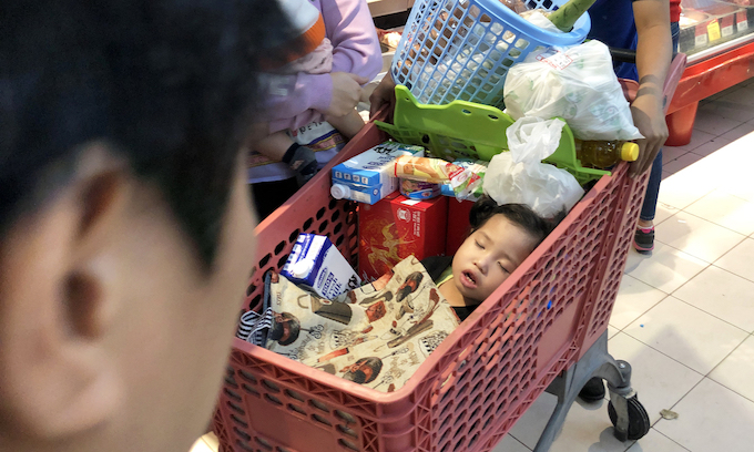 Hanoi supermarkets, stores packed as people go Tet shopping - 9