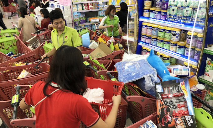 Hanoi supermarkets, stores packed as people go Tet shopping - 10