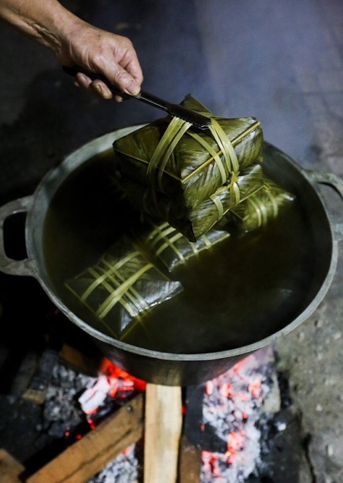 Saigon residents stay up all night to cook banh chung - 10