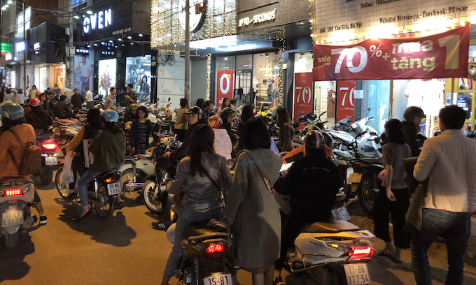 Hanoi supermarkets, stores packed as people go Tet shopping - 11