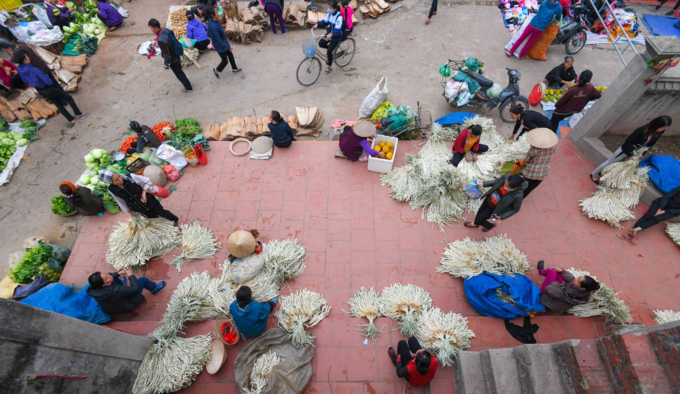 This Hanoi market opens only three hours a day, six times a month - 4
