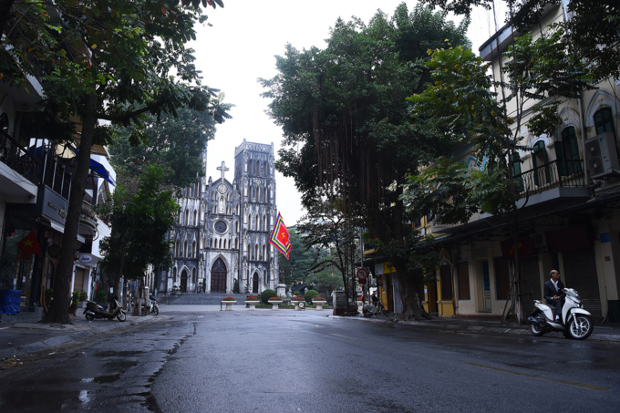 Deserted Hanoi, Saigon become oases of peace and quiet - 1