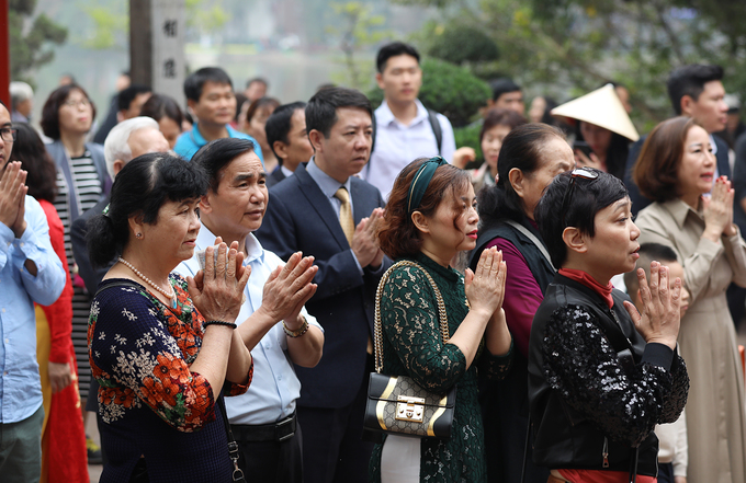 On the first day of Tet, people throng pagodas - 4
