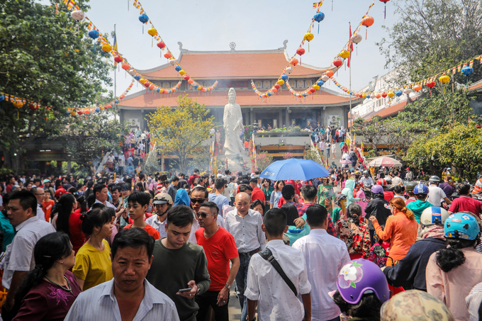 On the first day of Tet, people throng pagodas - 5