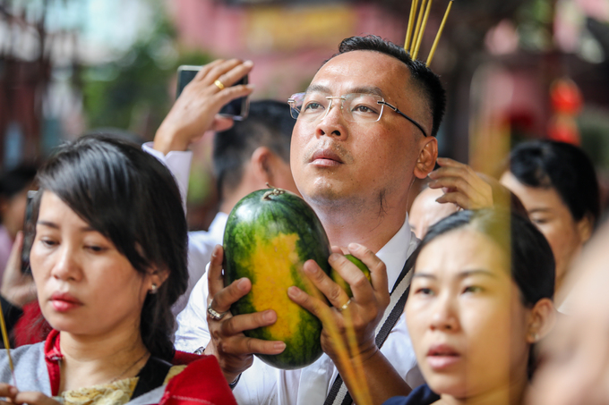 On the first day of Tet, people throng pagodas - 8