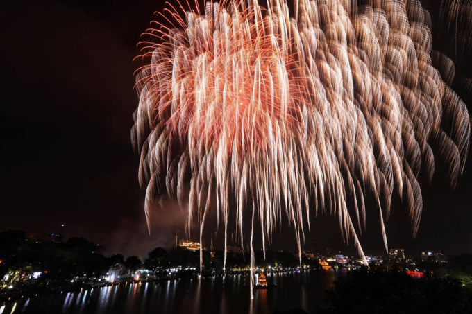 Hanoi ushers in Lunar New Year with stunning midnight fireworks - 5