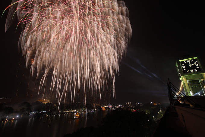 Hanoi ushers in Lunar New Year with stunning midnight fireworks - 2