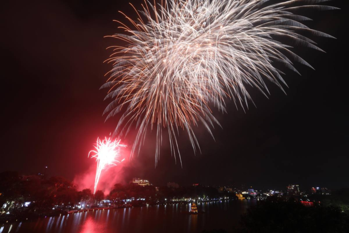 Hanoi ushers in Lunar New Year with stunning midnight fireworks - 3