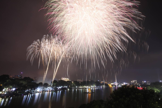 Hanoi ushers in Lunar New Year with stunning midnight fireworks - 4