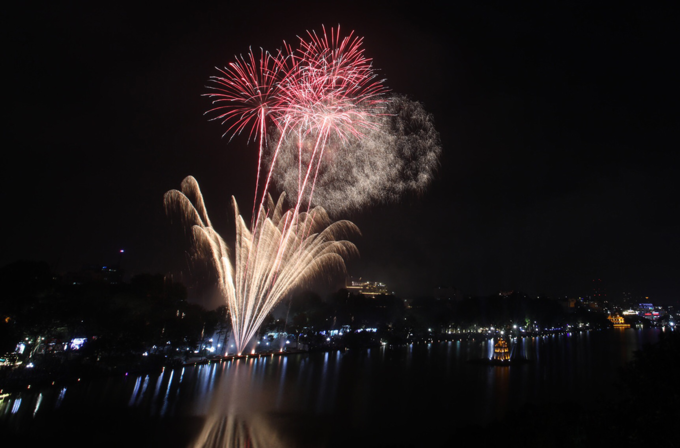 Hanoi ushers in Lunar New Year with stunning midnight fireworks - 6