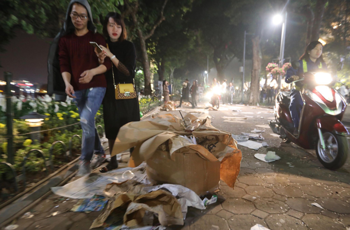 Hoan Kiem Lake area left with trash after New Years Eve - 3