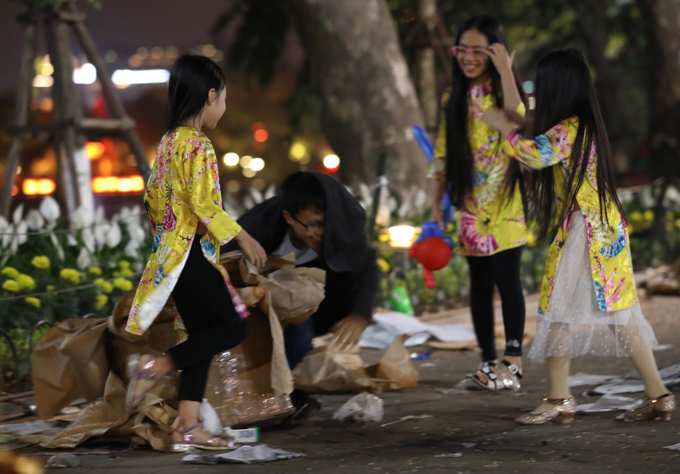 Hoan Kiem Lake area left with trash after New Years Eve - 4