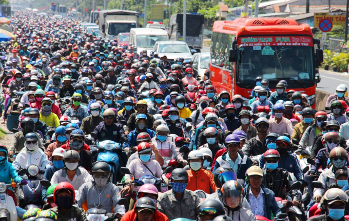 Reverse exodus to HCMC triggers massive traffic jams - 3